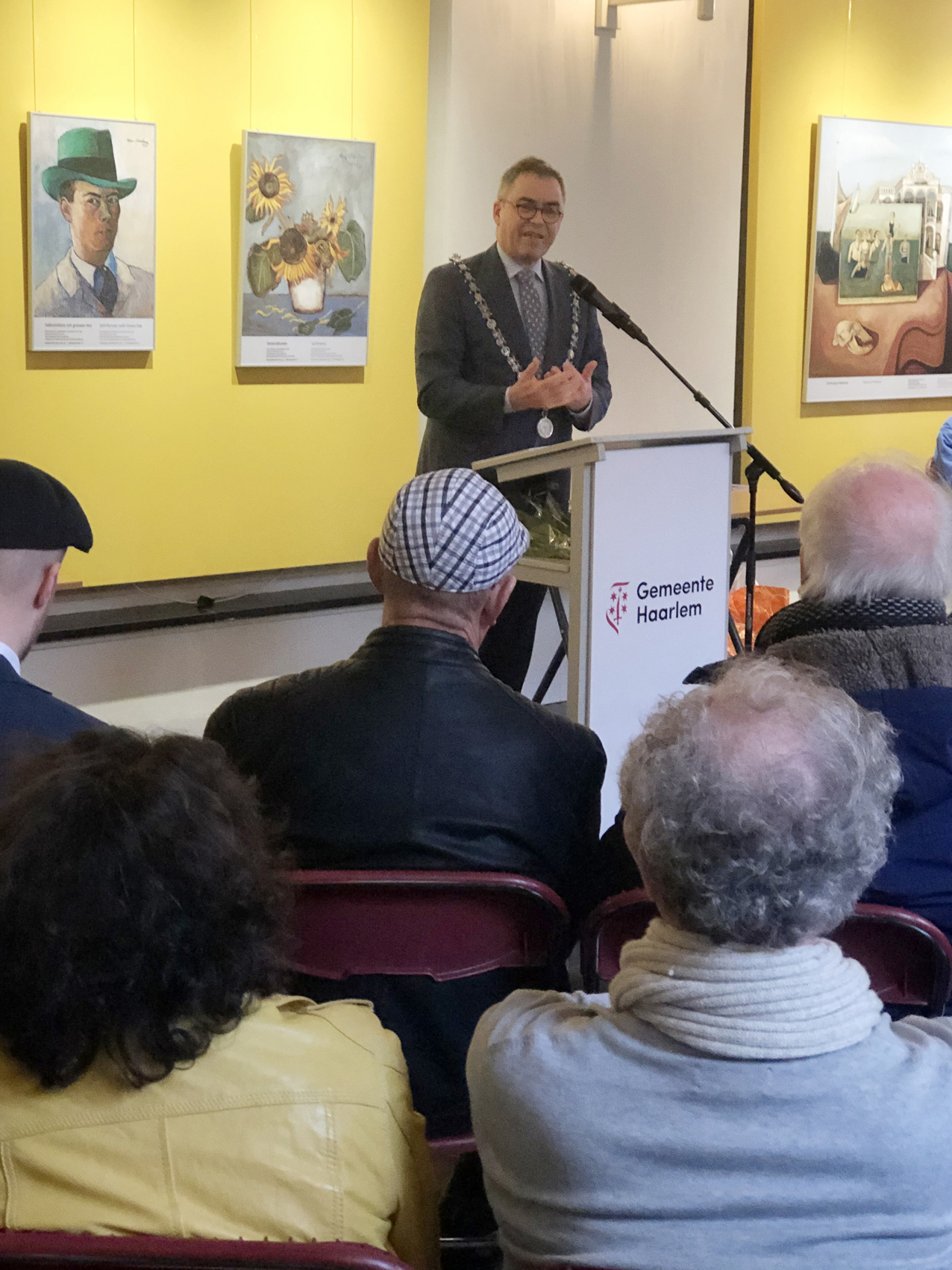 der Bürgermeister der Stadt Haarlem, Jos Wiener, bei der Ausstellungseröffnung