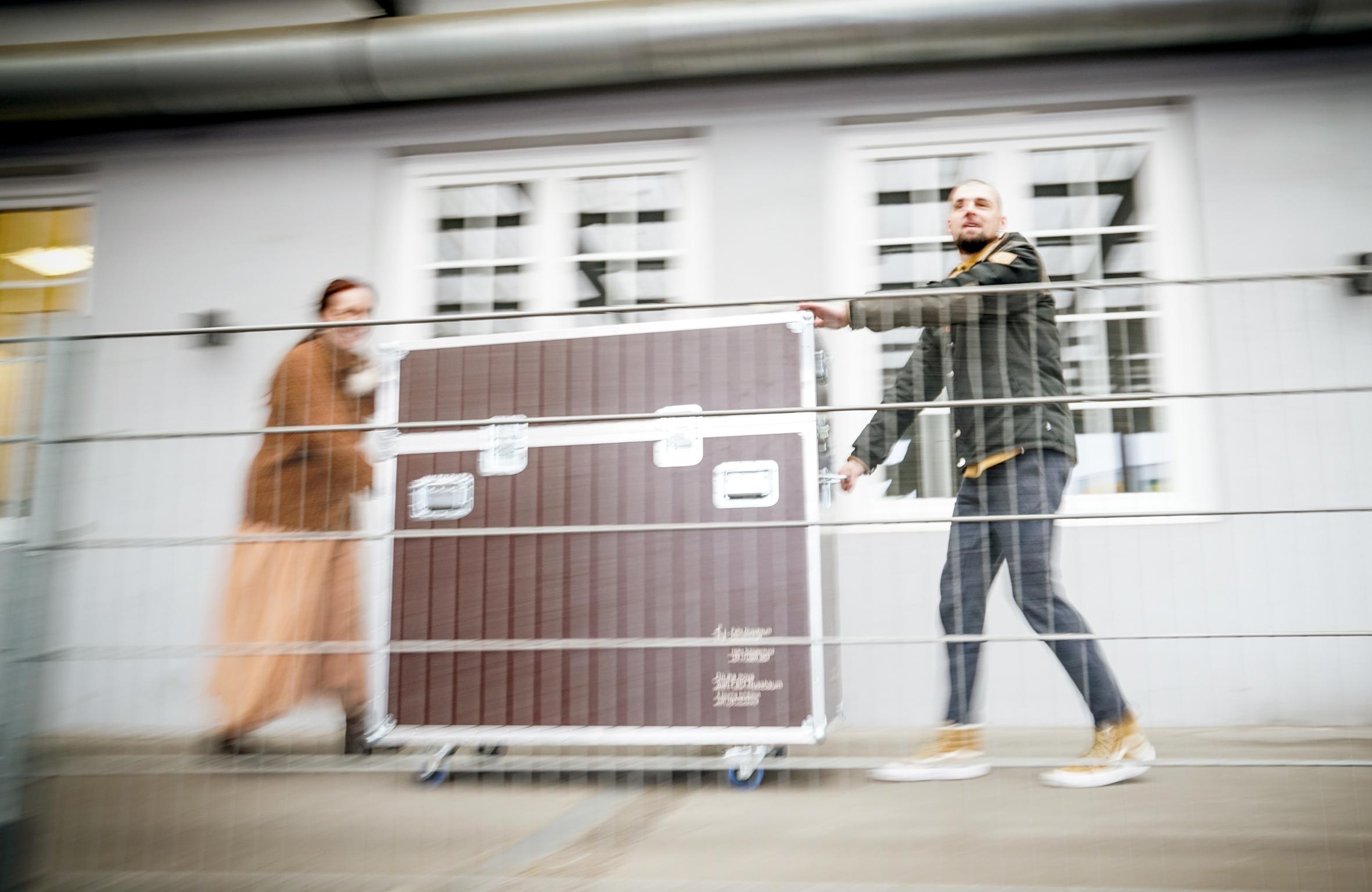 Agentur sec gibt Flightcases an Hellmann für den Transport ab